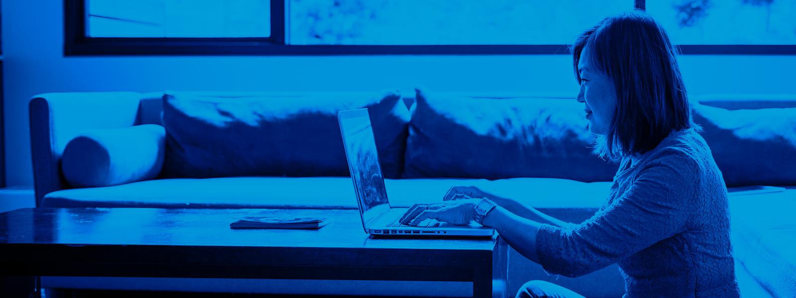 Imagen de una chica joven utilizando su portátil en casa.