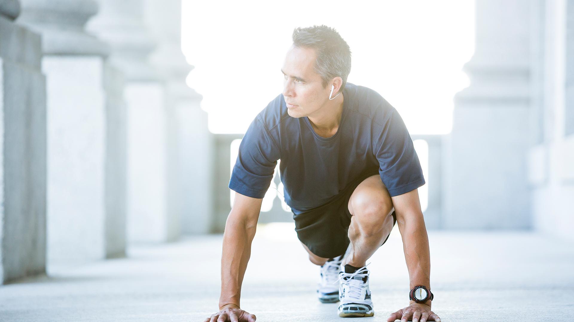 Imagen de un hombre estirando para hacer ejercicio